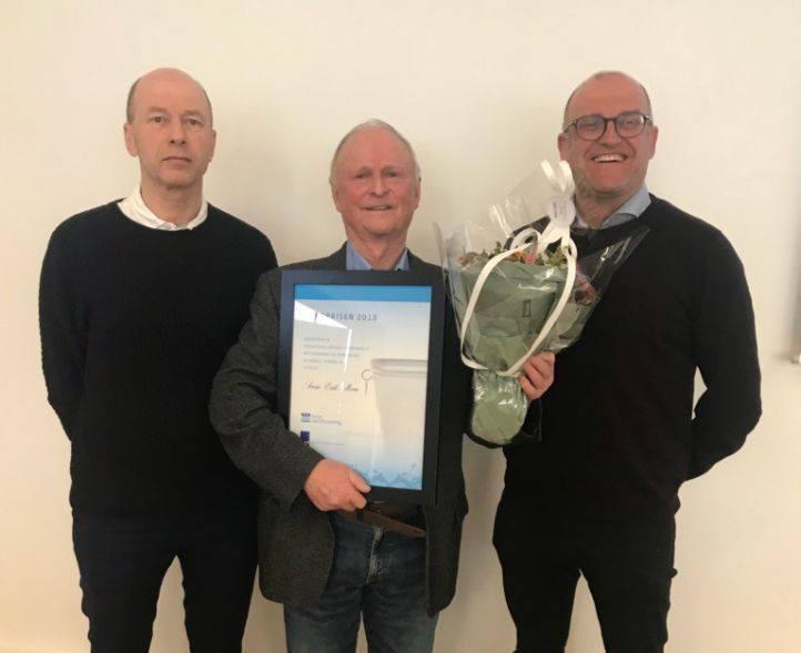 På bildet: Fra venstre Lars Hem, leder av Norsk vannforening, prisvinner Svein Erik Moen og møteleder for Vannprisseminaret Svein Erik Bakken.
