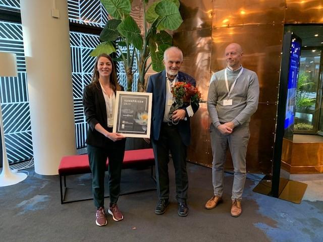 Prisvinner Sveinung Sægrov i midten, til venstre: styreleder i Vannforeningen Elisabeth Elgsæter, til høyre: Jonny Ødegård, RIF.